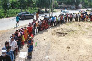 गुड़गांव के फाजिलपुर गांव में एक टीकाकरण केंद्र के बाहर टीका लगवाने के लिए लाइन में लगे लोग. (फोटो: पीटीआई)