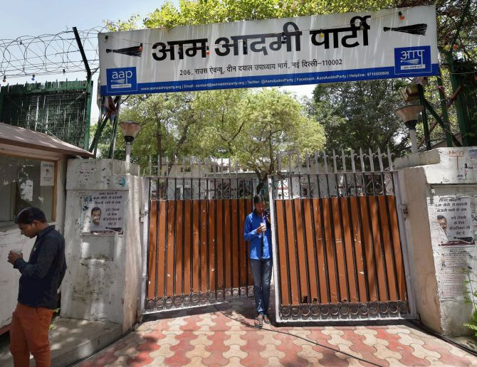 New Delhi : A view of Aam Aadmi Party office (AAP) which wears a deserted look following MCD elections results in New Delhi on Wednesday. PTI photo by Shahbaz Khan(PTI4_26_2017_000052B)