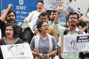 भारतीय जनसंचार संस्थान के बाहर यज्ञ कराने और बस्तर के पूर्व आईजी एसआरपी कल्लूरी को बुलाने के विरोध करते छात्र. (फोटो: पीटीआई)