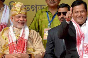 प्रधानमंत्री नरेंद्र मोदी के साथ असम के मुख्यमंत्री सर्बानंद सोनोवाल. (फाइल फोटो: पीटीआई)