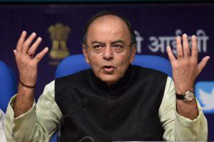 केंद्रीय वित्त मंत्री अरुण जेटली नई दिल्ली में गुरुवार को प्रेस कॉन्फ्रेंस करते हुए. फोटो: (पीटीआई)