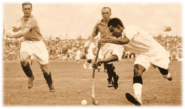 Dhyan_Chand_with_the_ball