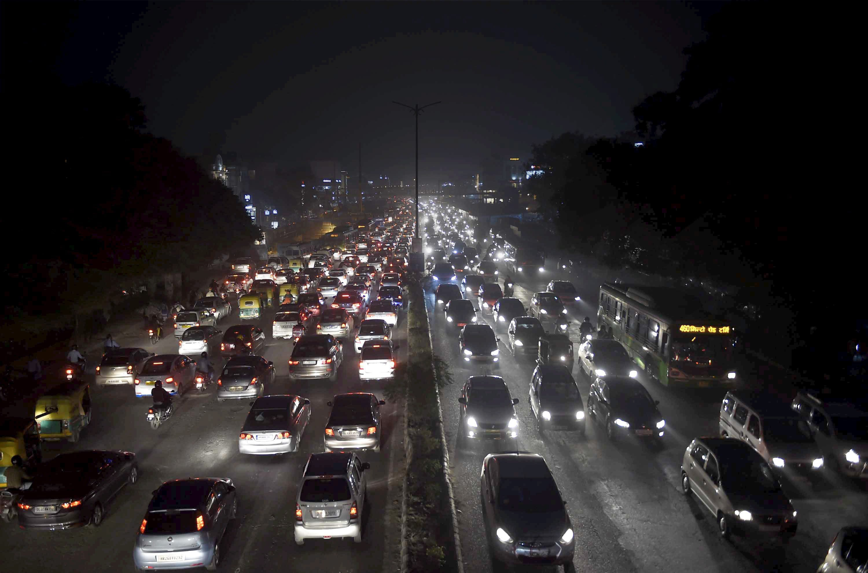 New Delhi: Vehicles ply at slow pace near South Ext. Market due to smog in New Delhi on Tuesday. Air quality in Delhi dropped to 'severe' level on Tuesday as pollution levels crossed permissible levels by multiple times. Visibility in Delhi NCR dropped as smog enveloped the city. PTI Photo by Kamal Singh(PTI11_7_2017_000226B)
