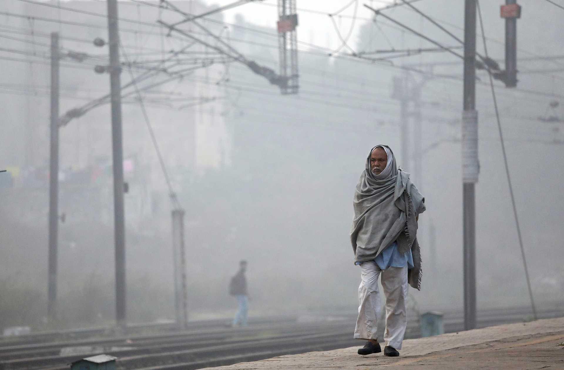 A man walks along a railway platform on a smoggy morning in New Delhi, India, November 10, 2017. REUTERS/Saumya Khandelwal