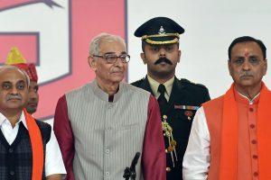 गुजरात के मुख्यमंत्री विजय रूपाणी (दाएं) और उपमुख्यमंत्री नितिन पटेल (बाएं). (फोटो: पीटीआई)