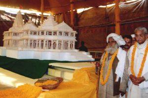 विहिप द्वारा प्रस्तावित राम मंदिर का एक मॉडल देश भर में कई जगह पर ले जाया गया था. इस मॉडल के साथ अशोक सिंघल (फाइल फोटो: रॉयटर्स)