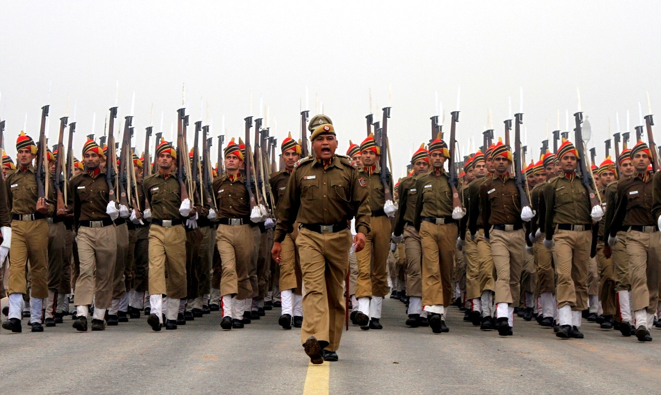 Policemen march amid fog during a rehearsal for the Republic Day parade in New Delhi January 5, 2012. India will celebrate its annual Republic Day on January 26. REUTERS/B Mathur (INDIA - Tags: ANNIVERSARY CRIME LAW POLITICS) - RTR2VWJM