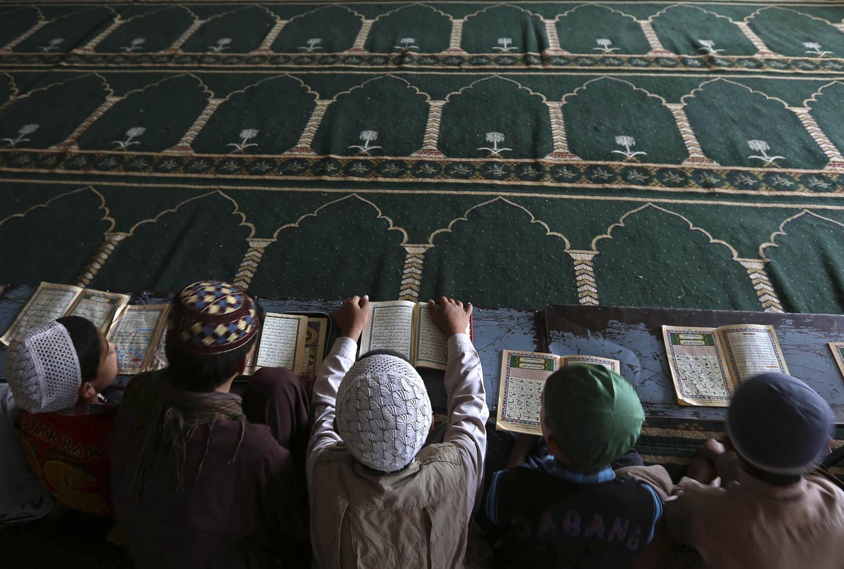 Boys read the Koran in a madrasa, or religious school, during the Muslim holy month of Ramadan in Kabul July 15, 2013. REUTERS/Omar Sobhani (AFGHANISTAN - Tags: RELIGION) ORG XMIT: KAB105