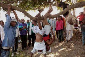 बीते रविवार को राजस्थान के बूंदी ज़िले के छापरदा गांव में फसलों के लिए पानी की मांग को लेकर किसानों ने पेड़ों से उल्टा लटक कर प्रदर्शन किया. (फोटो साभार: पत्रिका)