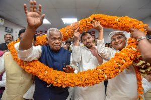 Patna: RJD leader Tejashwi Yadav being garlanded along with former Bihar CM and HAM(S) Chief Jitan Ram Manjhi during a joint press conference in Patna on Wenesday. Manjhi quit the Bharatiya Janata Party (BJP)-led ruling National Democratic Alliance (NDA). PTI Photo  (PTI2_28_2018_000212B)