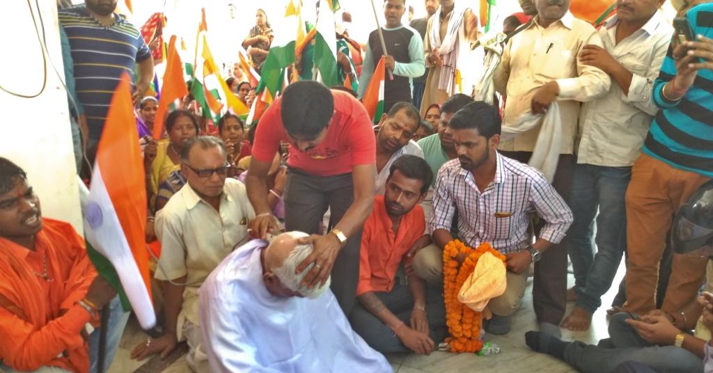 अलीमुद्दीन अंसारी हत्याकांड की स्वतंत्र जांच की मांग को लेकर धरने के दौरान भाजपा नेता शंकर चौधरी ने सिर के बाल मुड़ा लिए थे. (फोटो: नीरज सिन्हा)