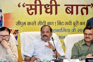 Ranchi: Jharkhand Chief Minister Raghubar Das speaks during Jan-Sawand 'Sidhi Baat' Programme at Soochna Bhavan in Ranchi, on Tuesday. PTI Photo(PTI4_24_2018_000055B)
