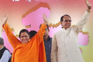 Bhopal: Union Minister for Drinking Water and Sanitation Uma Bharti and Madhya Pradesh Chief Minister Shivraj Singh Chouhan during State-level Swacchata Sammelan in Bhopal on Saturday. (PTI Photo) (PTI5_12_2018_000043B)