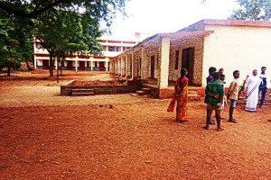 झारखंड के खूंटी ज़िले के कोचांग गांव में स्थित मिशन स्कूल जहां युवतियां नुक्कड़ नाटक करने गई थीं.