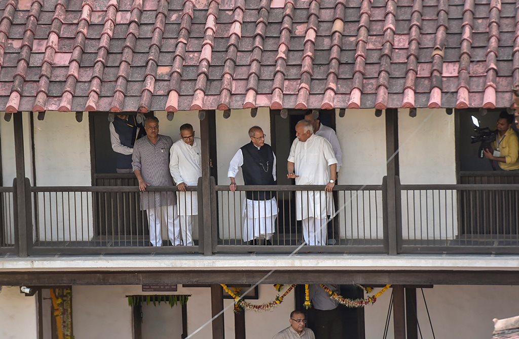 Nagpur: Former president Pranab Mukherjee with Rashtriya Swayamsevak Sangh (RSS) chief Mohan Bhagwat at the birthplace of RSS founder Keshav Baliram Hedgewar, in Nagpur, Maharashtra on Thursday, June 07, 2018. (PTI Photo)(PTI6_7_2018_000105B)
