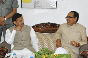 मुख्यमंत्री शिवराज सिंह चौहान के साथ खनिज मंत्री राजेंद्र शुक्ल (फोटो साभार: फेसबुक)