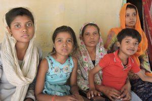 मृतक सिराज ख़ान की पत्नी शहीदुन्ननिशा अपने बच्चों के साथ. (फोटो साभार: फैक्ट फाइंडिंग टीम)