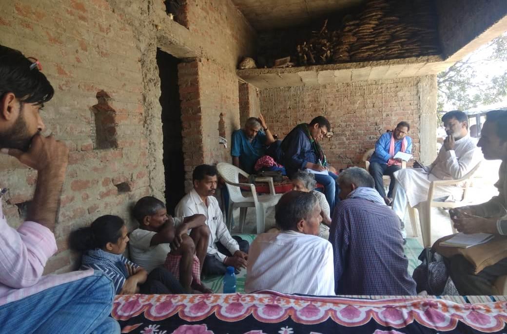 सतना ज़िले के मैहर तहसील के अंतर्गत आने वाले अमगार गांव के लोगों से फैक्ट फाइंडिंग टीम की बातचीत. (फोटो साभार: फैक्ट फाइंडिंग टीम)