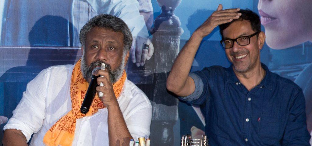 निर्देशक अनुभव सिन्हा (बाएं), फिल्म निर्देशक और अभिनेता रजत कपूर के साथ. (फोटो साभार: फेसबुक)