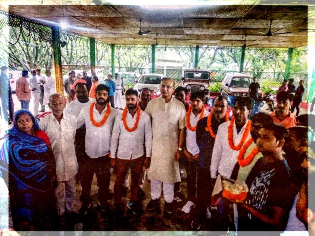 गोमांस रखने के संदेह में पीट-पीट कर मारे गए अलीमुद्दीन अंसारी की हत्या के दोषी आठ अभियुक्तों को ज़मानत मिली थी. बीते चार जुलाई को इनके जेल से निकलने पर केंद्रीय मंत्री और भाजपा सांसद जयंत सिन्हा ने इनका स्वागत किया. (फोटो: पीटीआई)