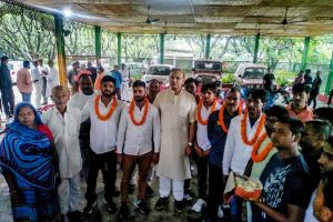**BEST QUALITY AVAILABLE** Ranchi: Union Minister of State for Civil Aviation Jayant Sinha with the lynching convicts at his residence after they were released on bail in Ramgarh, Jharkhand on Saturday, July 7, 2018. (PTI Photo)(PTI7_7_2018_000204B)