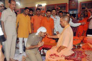 योगी आदित्यनाथ से आशीर्वाद लेते गोरखनाथ सर्कल अधिकारी प्रवीण सिंह. (फोटो साभार: ट्विटर)