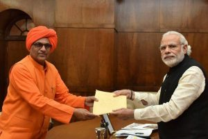 प्रधानमंत्री नरेंद्र मोदी के साथ भाजपा सांसद सुमेधानंद सरस्वती. (फोटो साभार: फेसबुक)
