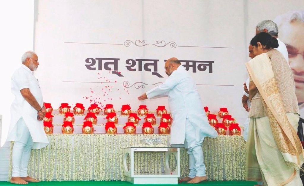 पूर्व प्रधानमंत्री अटल बिहारी वाजपेयी के अस्थि कलशों को नमन करते प्रधानमंत्री नरेंद्र मोदी और भाजपा अध्यक्ष अमित शाह. (फोटो साभार: ट्विटर/@BJP4India)