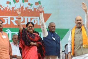 राजस्थान गौरव यात्रा की शुरुआत के मौके पर भाजपा अध्यक्ष अमित शाह, राजस्थान की मुख्यमंत्री वसुंधरा राजे व मदन लाल सैनी. (फोटो: अवधेश आकोदिया/द वायर)