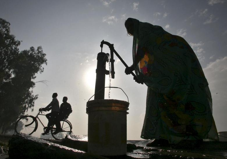 A women uses a hand-pump to fill drinking water on the outskirts of Amritsar in Punjab, India, November 15, 2015. REUTERS/Munish Sharma