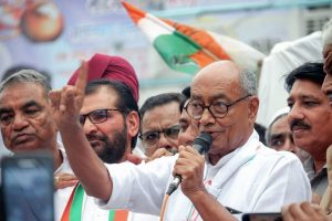 Bhopal: Senior Congress leader Digvijay Singh along with party activists appeal to shopkeepers and public to support Bharat Bandh called by Congress Party in relation to fuel price hike, in Bhopal, Saturday, Sept 8, 2018. (PTI Photo) (PTI9_8_2018_000154B)