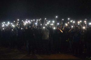 रायपुर स्थित हिदायतुल्ला नेशनल लॉ यूनिवर्सिटी में रात में प्रदर्शन करते छात्र-छात्राएं.