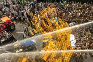 New Delhi: Police use water cannons to disperse farmers at Delhi-UP border during 'Kisan Kranti Padyatra', in New Delhi, Tuesday, Oct 2, 2018. (PTI Photo/Ravi Choudhary)(PTI10_2_2018_000026B)