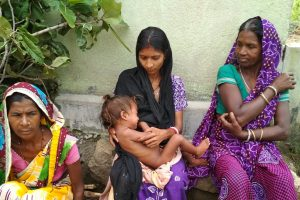 आंगनबाड़ी सेविका पिंकी देवी (बीच में). (फोटो: नीरज सिन्हा/द वायर)