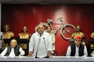 Lucknow: Samajwadi Party founder Mulayam Singh Yadav addresses party workers at a condolence meeting for Congress veteran ND Tiwari at the party office in Lucknow, Friday, Oct 19, 2018. The party chief Akhilesh Yadav is also seen. (PTI Photo) (PTI10_19_2018_000126B)