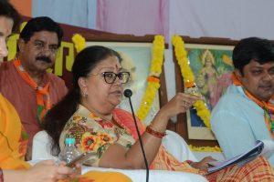 अपने सांसद पुत्र दुष्यंत सिंह व उनकी पत्नी निहारिका के साथ मुख्यमंत्री वसुधंरा राजे. (फोटो साभार: फेसबुक)