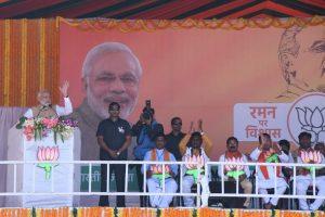 छत्तीसगढ़ में एक चुनावी रैली के दौरान प्रधानमंत्री नरेंद्र मोदी. (फोटो साभार: ट्विटर/@drramansingh)