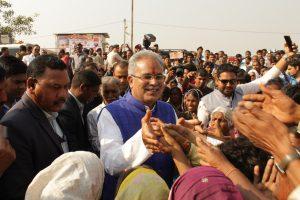 एक चुनावी सभा के दौरान जनता से मिलते मुख्यमंत्री भूपेश बघेल (फोटो साभार: ट्विटर/@BhupeshBaghel9)