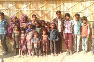 राजस्थान में बाड़मेर ज़िले के दूधियाकलां गांव में दो साल पहले स्कूल बंद हो जाने से अल्पसंख्यक समुदाय के बच्चों की शिक्षा प्रभावित हो रही है. (फोटो: माधव शर्मा/द वायर)