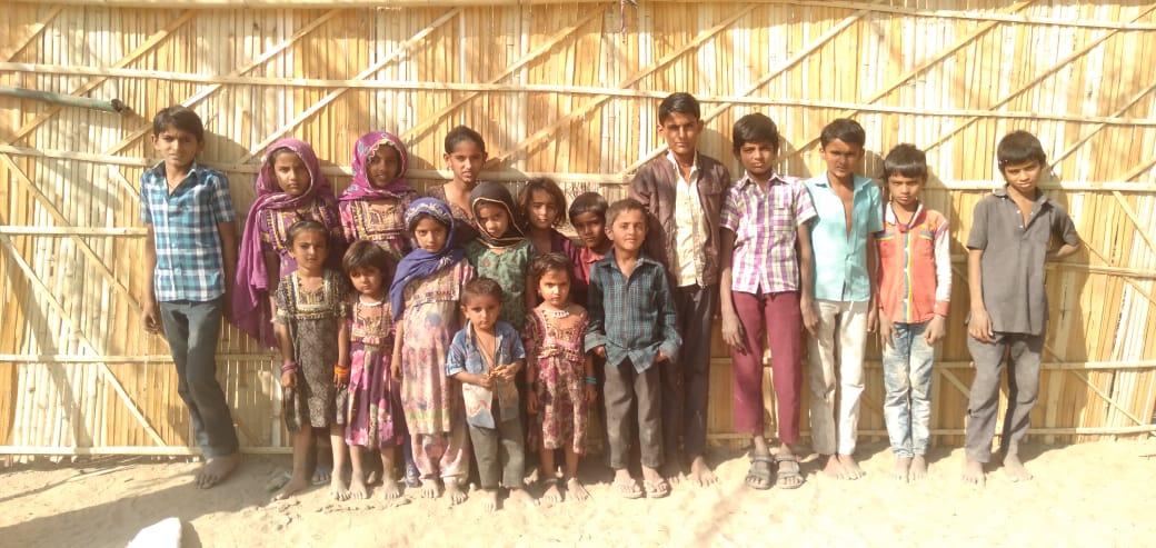 राजस्थान के बाड़मेर ज़िले के दूधियाकलां गांव में दो साल पहले स्कूल बंद हो जाने से अल्पसंख्यक समुदाय के बच्चों की शिक्षा प्रभावित हो रही है. (फोटो: माधव शर्मा/द वायर)