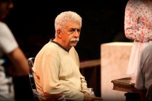 एक नाटक के दौरान नसीरुद्दीन शाह (फोटो साभार: फेसबुक/Motley Theater)