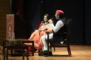 नई दिल्ली में द वायर डॉयलॉग्स कार्यक्रम में अखिलेश यादव से द वायर की सीनियर एडिटर आरफ़ा ख़ानम शेरवानी ने बातचीत की. (फोटो: द वायर)