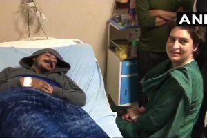 मेरठ के अस्पताल में भर्ती चंद्रशेखर से बुधवार को प्रियंका गांधी ने मुलाकात की. (फोटो साभार: एएनआई)