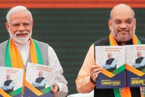 नई दिल्ली स्थित भाजपा मुख्यालय पर 8 अप्रैल 2019 को भाजपा का घोषणापत्र जारी करते प्रधानमंत्री नरेंद्र मोदी और पार्टी अध्यक्ष अमित शाह. (फोटो: रॉयटर्स)