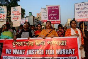राजधानी ढाका की सड़कों पर किशोरी के हत्यारों को कठोर दंड दिए जाने की मांग को लेकर प्रदर्शन हुआ. (फोटो साभार: ट्विटर/@KenRoth)