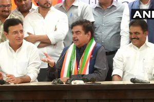 शनिवार को भाजपा सांसद शत्रुघ्न सिन्हा कांग्रेस में शामिल हो गए. (फोटो साभार: एएनआई)