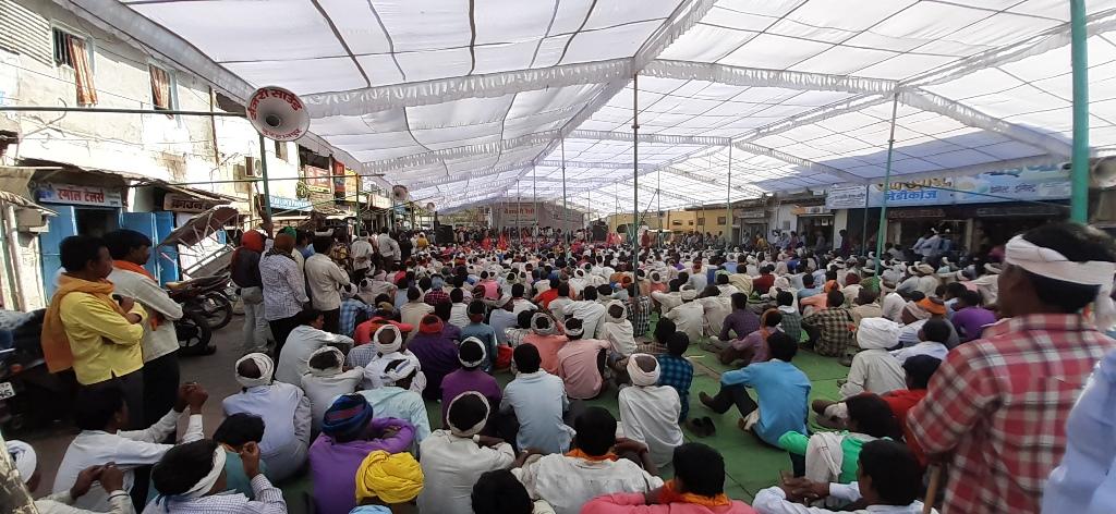 मध्य प्रदेश के बुरहानपुर में आदिवासियों की रैली में शामिल लोग. (फोटो: अनुराग मोदी)