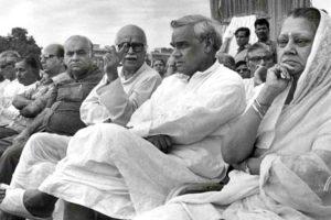 विजयाराजे सिंधिया के साथ अटल बिहारी वाजपेयी, लालकृष्ण आडवाणी, मदनलाल खुराना और अन्य नेता (फाइल फोटो: पीआईबी)