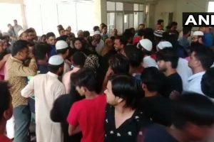 बिजनौर में बसपा नेता की हत्या के बाद जुटी भीड़. (फोटो साभार: एएनआई)