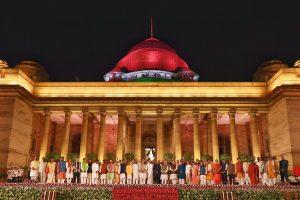 30 मई को राष्ट्रपति भवन में शपथ ग्रहण के बाद प्रधानमंत्री नरेंद्र मोदी का मंत्रिमंडल. (फोटो साभार: एएनआई)